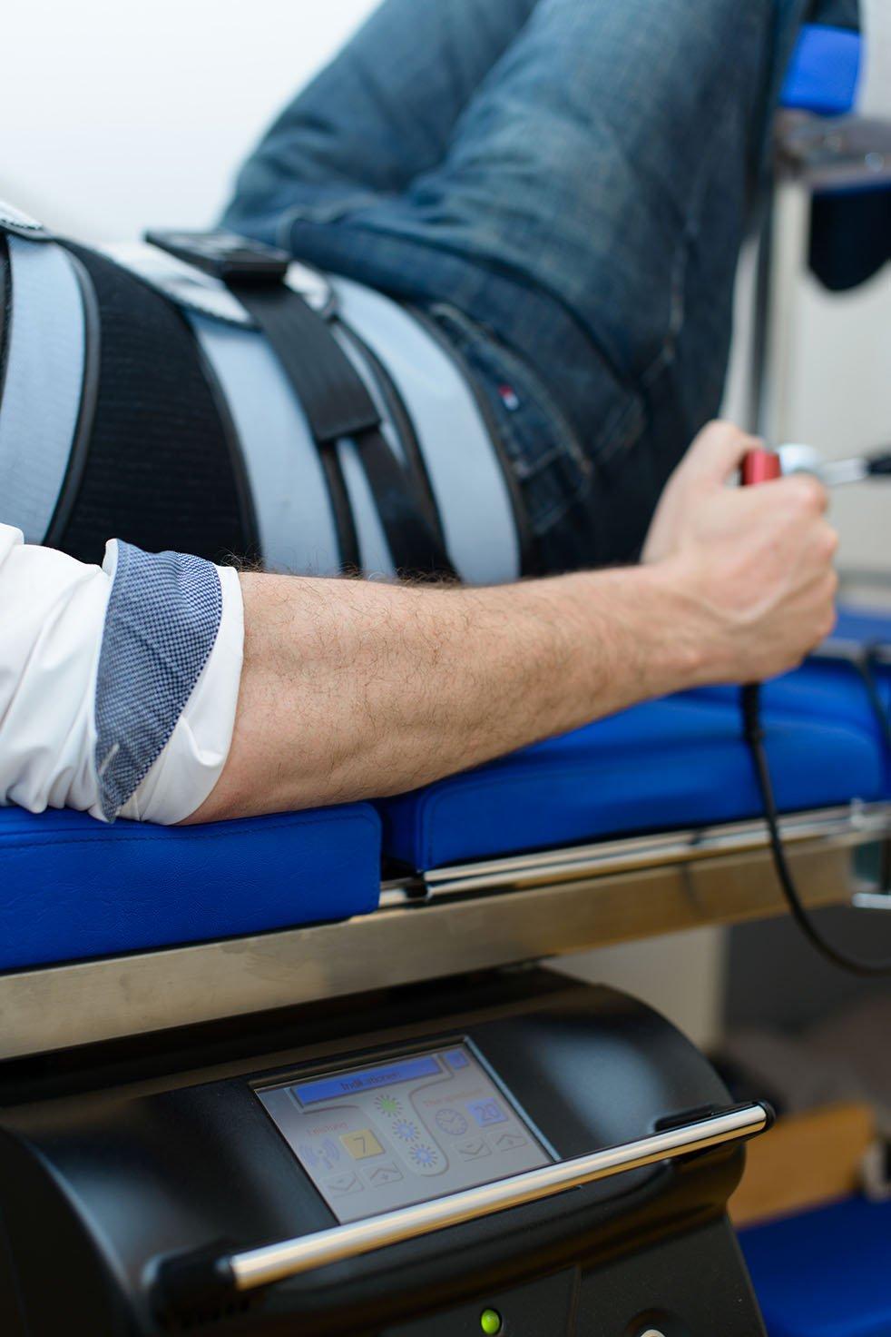Strecktherapie auf Extensionsliege Orthopädie Köln